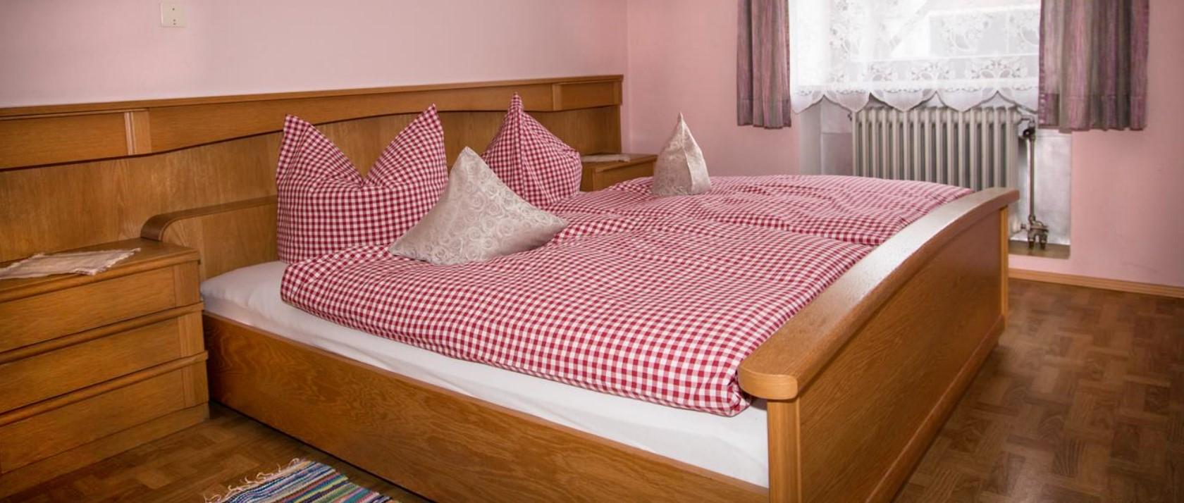 guthof-bauernhof-ferienwohnung-schlafzimmer